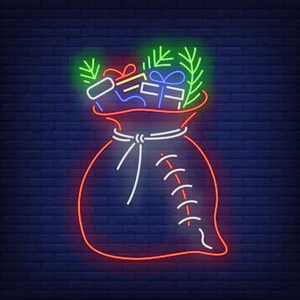Sacco di regali di natale con abete in stile neon