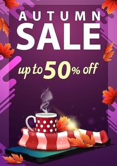 Saldi autunnali, sconto banner verticale con smartphone, tazza di tè caldo e sciarpa calda