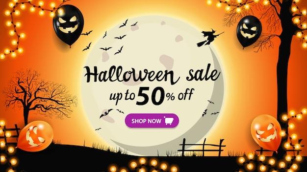 Saldi di halloween, fino al 50% di sconto, banner arancione con paesaggio di halloween. sfondo di halloween, paesaggio notturno con grande luna piena gialla, alberi secolari e streghe nel cielo