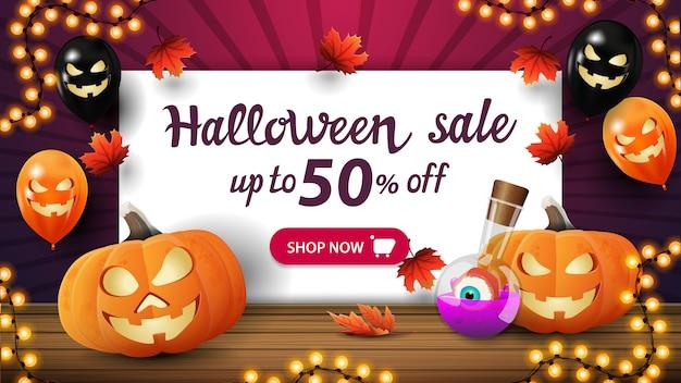 Saldi di halloween, fino al 50% di sconto, sconto banner viola con palloncini di halloween, zucca jack e pozione della strega