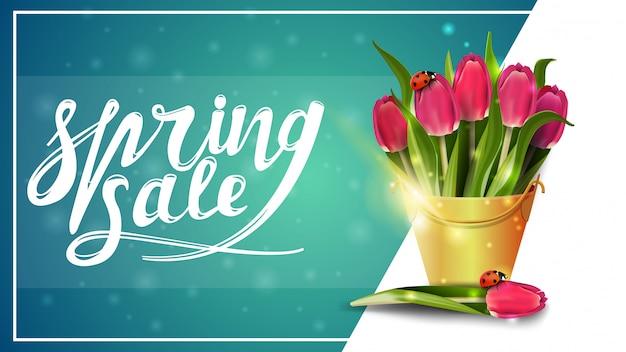 Saldi di primavera, modello di banner sconto con bouquet di tulipani in un secchio giallo