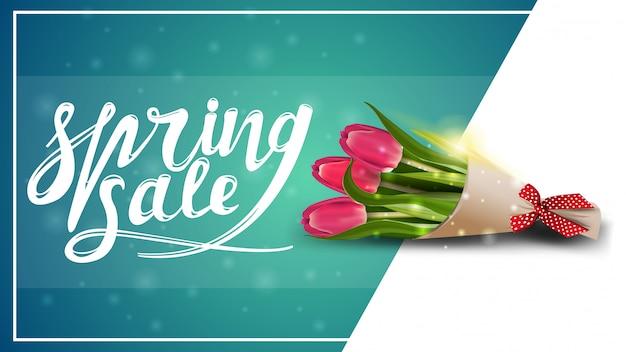 Saldi di primavera, modello di banner sconto con bouquet di tulipani