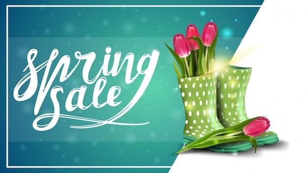 Saldi di primavera, modello di banner sconto con tulipani in stivali di gomma da donna