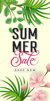 Saldi estivi acquista ora lettering. iscrizione creativa con foglie tropicali e fiori rosa.
