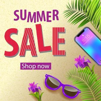 Saldi estivi, acquista ora un volantino con fiori tropicali viola, occhiali da sole, foglie di palma