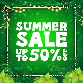 Saldi estivi, banner sconto quadrato verde con cornice di foglie tropicali intorno a una cornice di linea bianca, grande offerta e cornice di ghirlanda luminosa