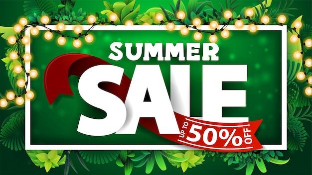 Saldi estivi, banner sconto verde con testo 3d con nastro rosso con offerta, cornice di foglie tropicali attorno a una cornice di linea bianca, grande offerta e cornice di ghirlanda luminosa