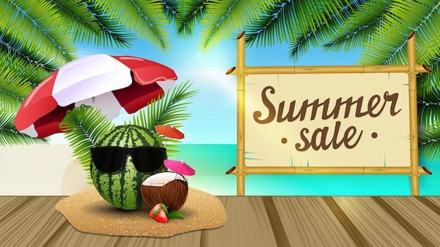 Saldi estivi, banner web con bella vista sul mare, foglie di palma, molo di legno
