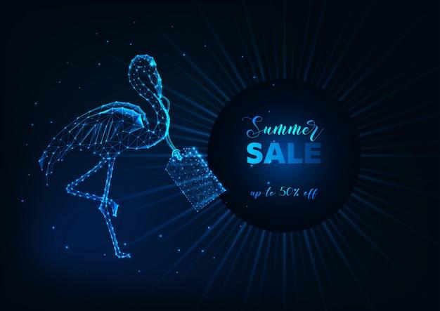 Saldi estivi banner web con futuristico bagliore di fenicottero basso poly, cartellino del prezzo e testo su blu scuro.