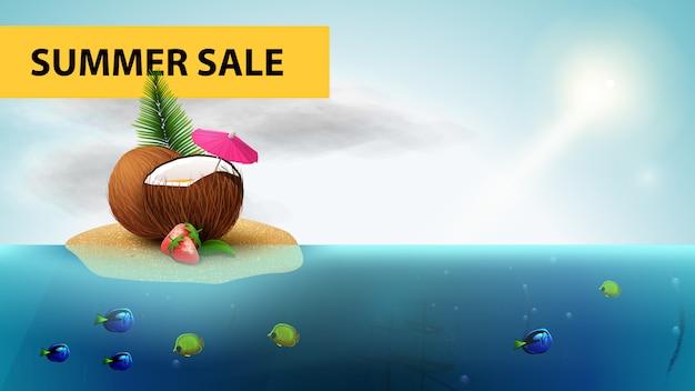 Saldi estivi, banner web orizzontale mare con cocktail di fragole in noce di cocco