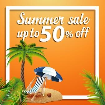 Saldi estivi, banner web quadrati di sconto con palme, sdraio e ombrellone