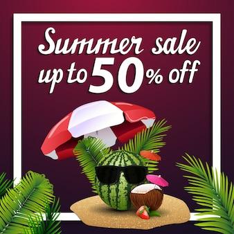 Saldi estivi, banner web quadrato di sconto con anguria in bicchieri sotto un ombrellone