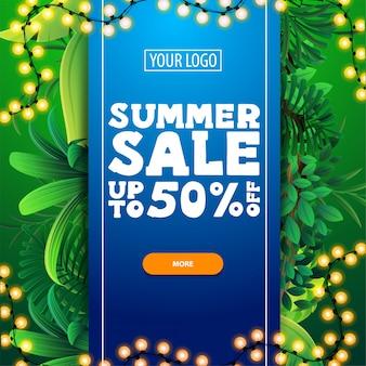 Saldi estivi, fino al 50% di sconto, sconto modello di banner con una grande striscia blu con offerta al centro, cornice estiva di giungla e pulsante