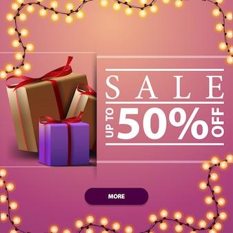 Saldi, fino al 50% di sconto, banner festivo quadrato rosa con ghirlanda di cornici e scatole regalo