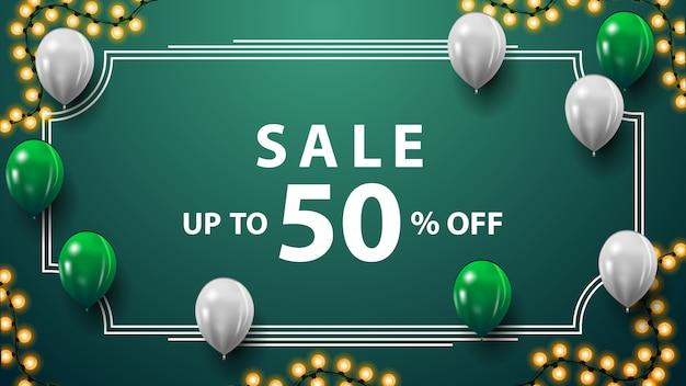 Saldi, fino al 50% di sconto, banner sconto verde con ghirlanda, cornice vintage, palloncini bianchi e verdi