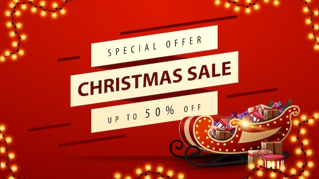 Saldi natalizi, fino al 50% di sconto, banner sconto rosso con slitta di babbo natale con regali, ghirlande e linee diagonali bianche in offerta