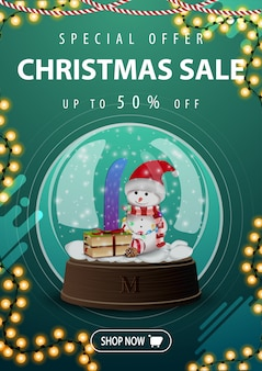 Saldi natalizi, fino al 50% di sconto, banner verticale verde con ghirlanda e globo di neve con pupazzo di neve