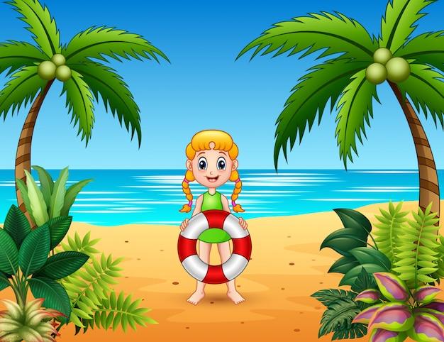 Salvagente sveglio della tenuta della ragazza alla spiaggia