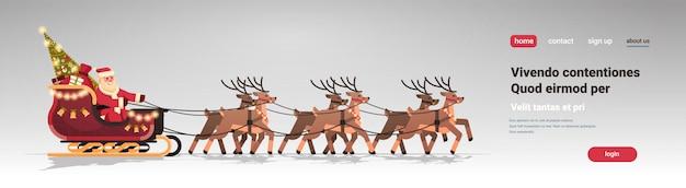 Santa in slitta con renne in banner di natale per landing page