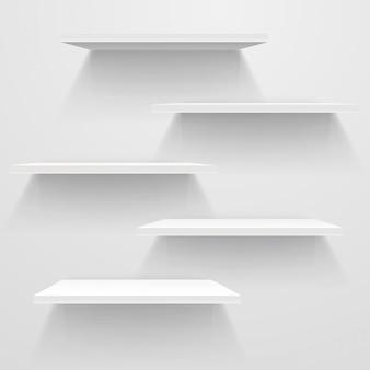Scaffali vuoti bianchi sul muro bianco. mockup di vettore