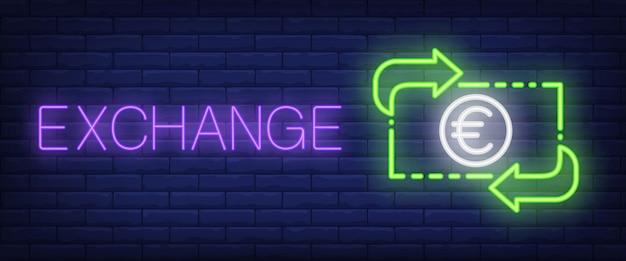 Scambia testo al neon con banconote e frecce in euro