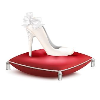 Scarpa da sposa decorata bianca con tacco alto da sposa per matrimoni in composizione realistica con cuscino in raso rosso