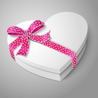 Scatola bianca realistica a forma di cuore bianco. per il tuo san valentino o l'amore presenta design.