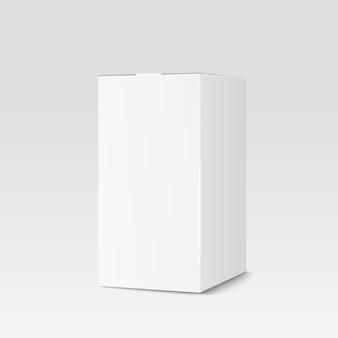 Scatola di cartone realistica su bianco