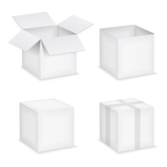 Scatole di carta bianca aperta e chiusa su sfondo bianco