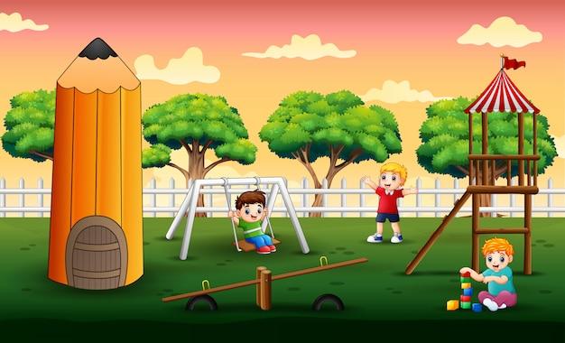 Scena con bambini che giocano nel parco