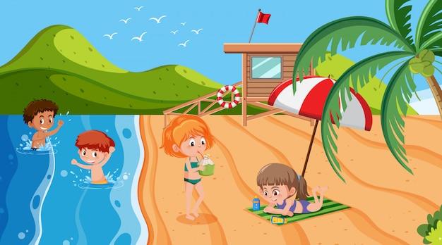 Scena con bambini che giocano sulla spiaggia