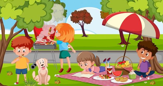 Scena con bambini felici che mangiano nel parco
