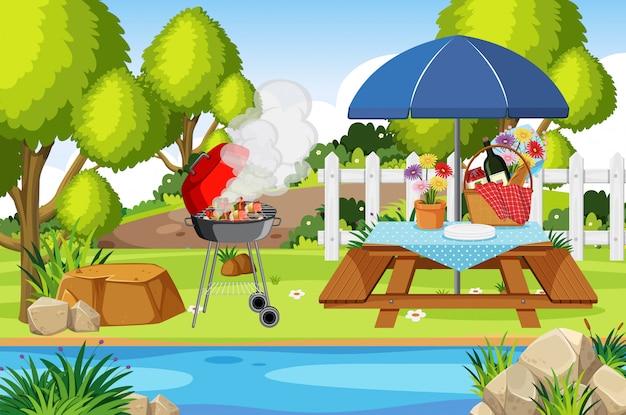 Scena con barbecue e cibo sul tavolo da picnic nel parco