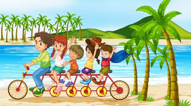Scena con la famiglia in sella alla bicicletta lungo l'oceano