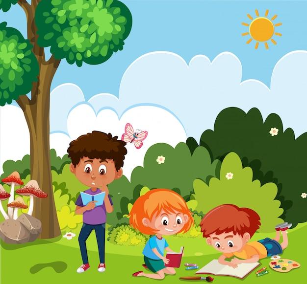 Scena con lettura della ragazza e del ragazzo nel parco