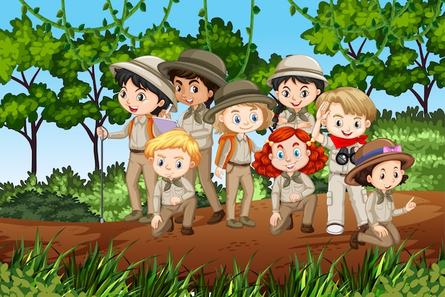 Scena con molti bambini in escursioni uniformi scout