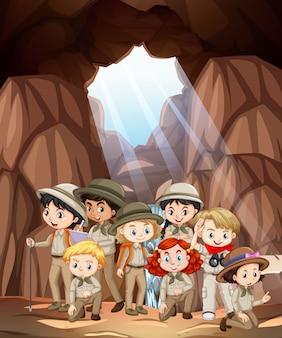 Scena con molti bambini nella grotta