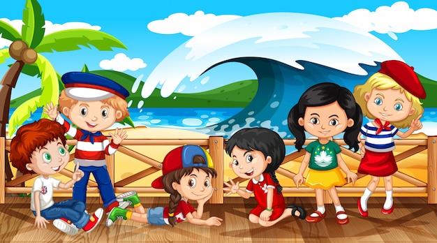 Scena con molti bambini sulla spiaggia con grandi onde