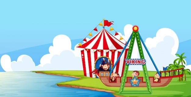 Scena con scimmie in giro nel circo nel parco