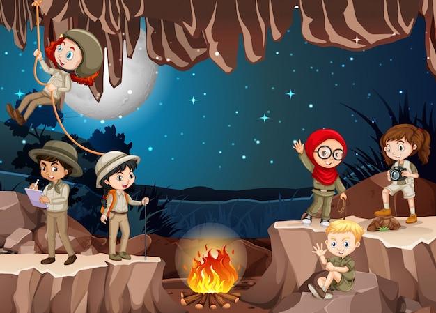 Scena con un gruppo di esploratori che esplorano la grotta
