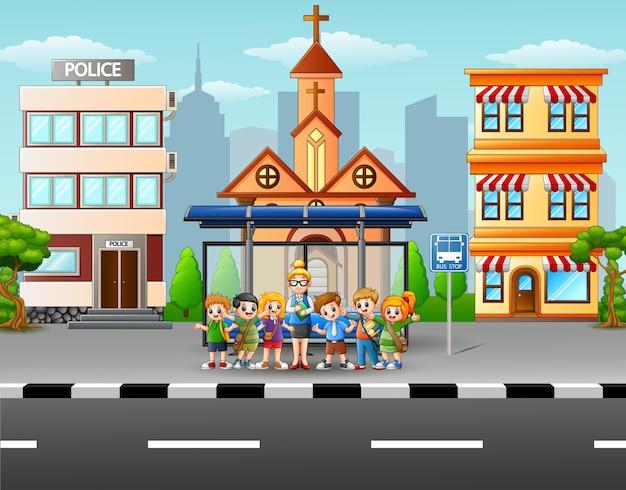 Scena della città con fermata dell'autobus e edificio