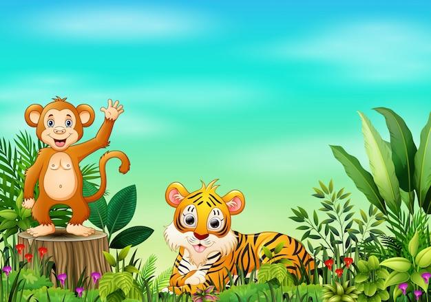 Scena della natura con una scimmia che sta sul ceppo e sulla tigre di albero