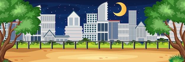 Scena della natura di orizzonte o campagna del paesaggio con la vista della città e luna nel cielo di notte