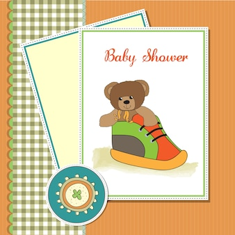 Scheda dell'acquazzone con orsetto nascosto in una scarpa