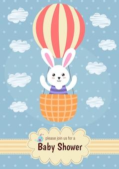 Scheda dell'acquazzone di bambino con un coniglio carino volare in mongolfiera