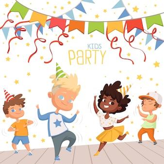 Scheda di compleanno con bambini che ballano alla festa