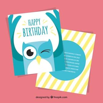 Scheda di compleanno con gufo blu nel design piatto