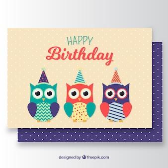 Scheda di compleanno con tre gufi colorati
