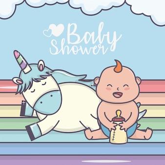Scheda sveglia dell'arcobaleno dell'unicorno del ragazzino felice della doccia di bambino