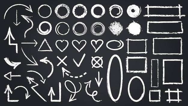 Schizzo di elementi di gesso. schizzi gli elementi della lavagna, le frecce grafiche disegnate a mano, le strutture, le icone di forme rotonde e di rettangolo messe. segno rotondo dell'illustrazione, schizzo di forma di rettangolo del segno di spunta trasversale